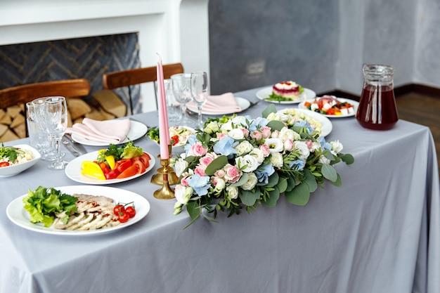 휴일 및 결혼식 저녁 식사를위한 테이블 장식. 야외 레스토랑에서 휴일, 이벤트, 파티 또는 결혼식 피로연 테이블