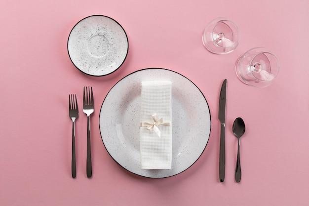 Etichetta a tavola con vista dall'alto di sfondo rosa