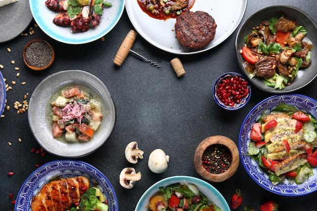 테이블 음식 평면도. 테이블에 요리 세트입니다. 국제 믹스 세트 식품. 야채와 고기와 날것.