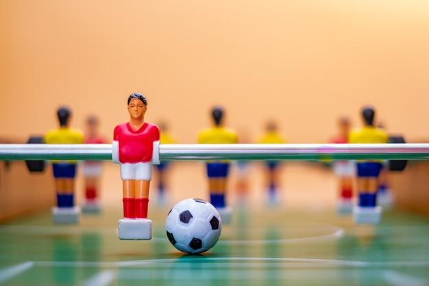 Фигуры настольного футбола на оранжевом