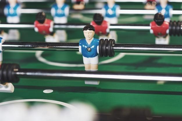 Настольный футбол в развлекательном центре. крупным планом изображение пластиковых игроков в футбольном матче