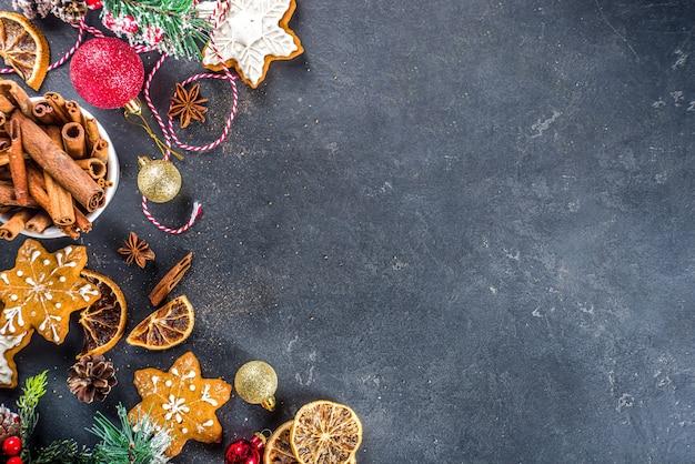 재료로 쿠키와 케이크를 굽는 크리스마스 휴일 요리 테이블