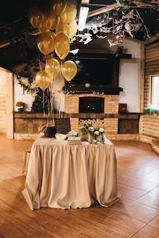 소박한 스타일의 신혼 부부 선물을위한 테이블입니다. 결혼식 사탕 상자. 손님에게 선물. 웨딩 장식, 스타일