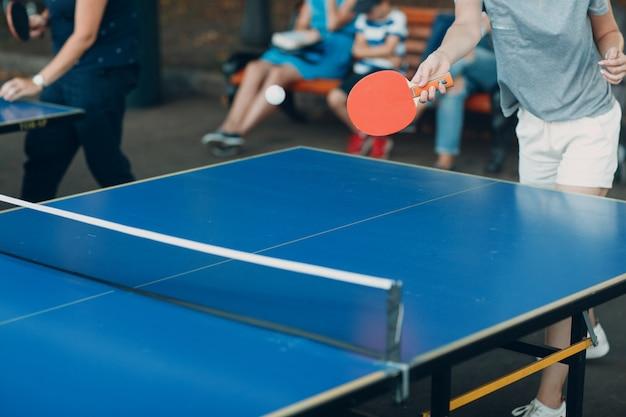 ピンポンとラケットを持つプレーヤーのテーブル