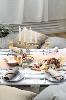 Tavolo pieno di cibo