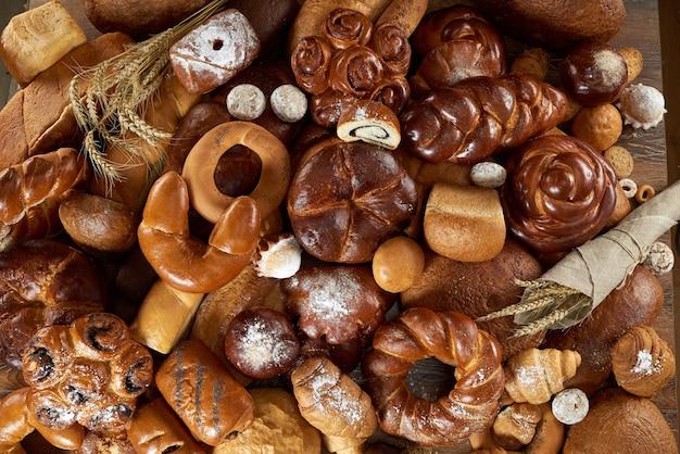 다양한 종류의 갓 빵집 음식으로 가득한 테이블