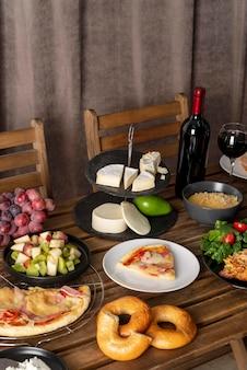 음식이 가득한 테이블