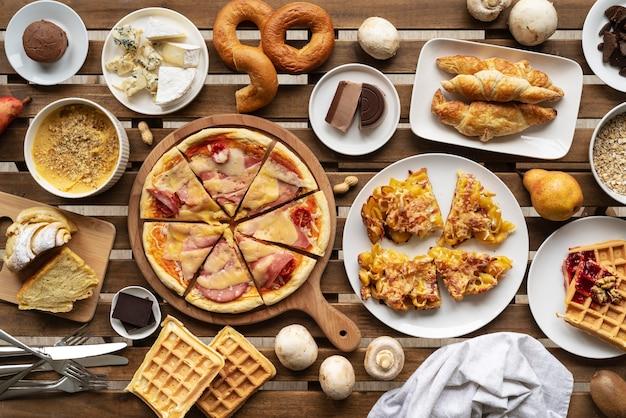 평평한 음식으로 가득 찬 테이블