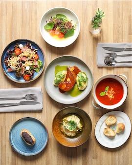 Стол полный еды. вид сверху полный стол еды. концепция обеденного стола на деревянном столе.