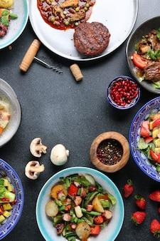 음식 평면도의 전체 테이블입니다. 테이블에 요리 세트입니다. 고기 샐러드와 디저트 테이블 상단보기.