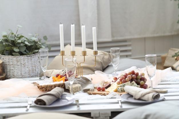 食べ物でいっぱいのテーブル