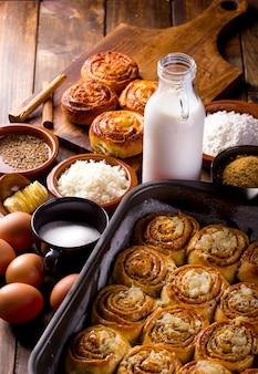 Стол, полный ингредиентов для приготовления типичных для венесуэлы десертов с булочками с корицей