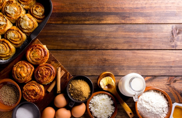 Таблица, полная ингредиентов для приготовления булочек с корицей