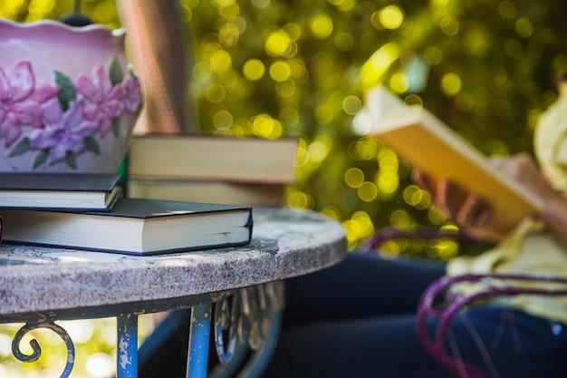 Стол в саду с учебниками в нем