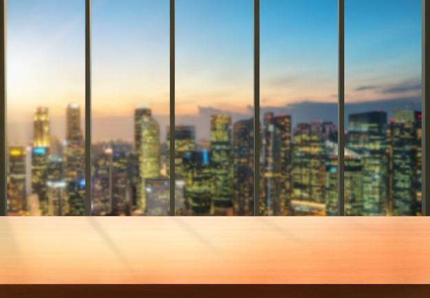 제품 디스플레이 모형에 대한 테이블에 빈 복사본 공간이있는 현대 사무실 도시 배경 테이블