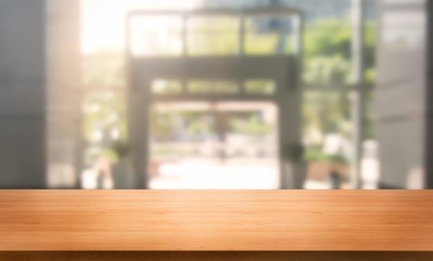 製品ディスプレイのモックアップのテーブルに空のコピースペースを持つ現代のオフィス都市の背景のテーブル。