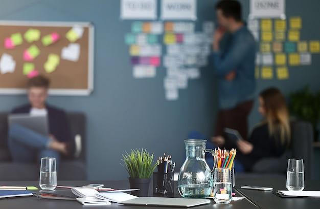 Стол в современном офисе it-компании