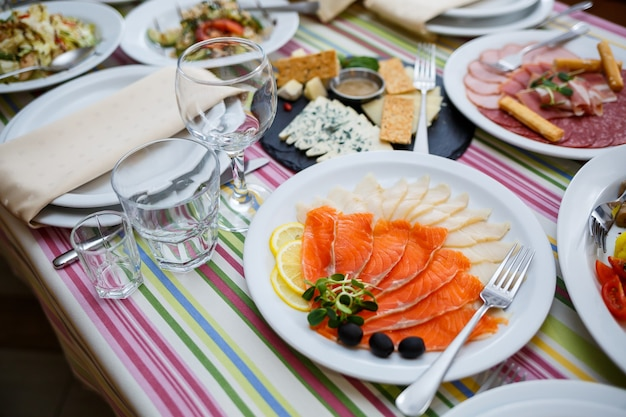 레스토랑의 테이블, 하얀 접시에 담긴 요리, 축제 연회