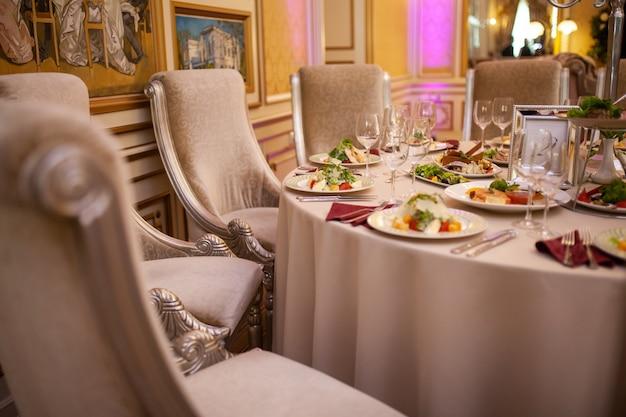 Столик в ресторане с блюдами из еды