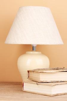 테이블 램프와 베이지 색 책