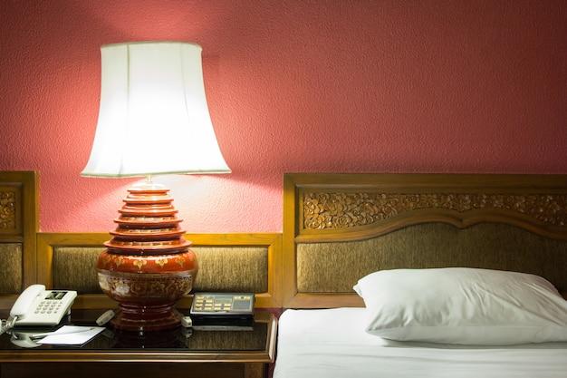 Настольная лампа в спальне в ночное время