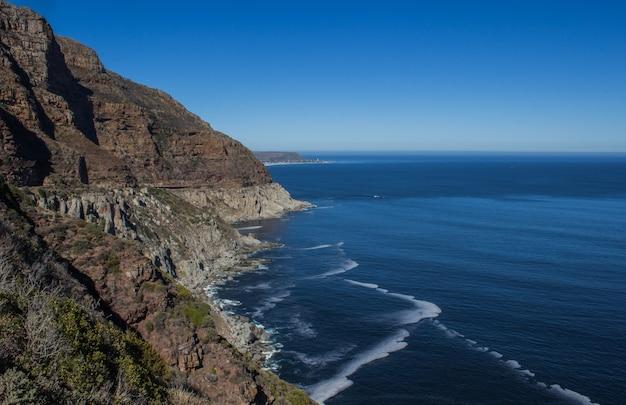 南アフリカの日中の日光の下で海に囲まれたテーブルマウンテン国立公園