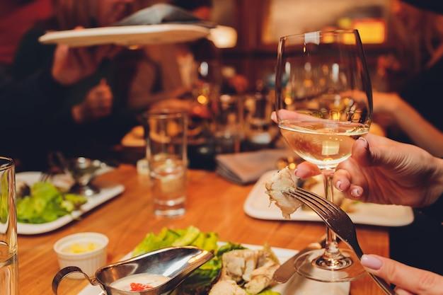 가족 및 친구 상위 뷰와 함께 음식을 즐기는 테이블