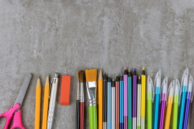 다양한 학교 미술 용품 그룹 학생 자료에 평면 누워 테이블