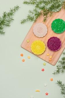 Урегулирование вечеринки за столом. традиционный фестиваль середины осени красочные лунные пирожные.
