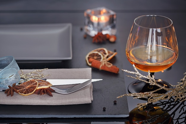 休日の装飾が施されたテーブルの場所の設定。ロマンチックなディナー。