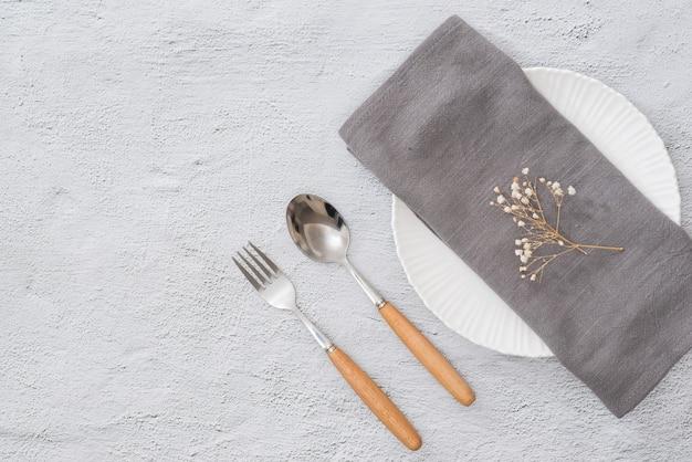 예약을 위해 준비된 테이블. 식당에서 포크, 나이프, 접시를 수건과 함께 배열
