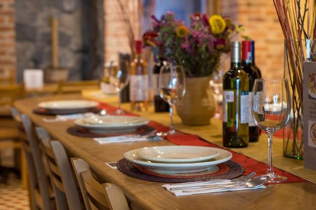 레스토랑에서 제공할 준비가 된 테이블입니다.