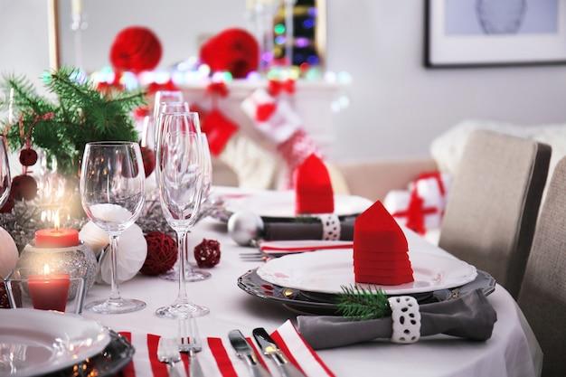 居間でクリスマスディナーにテーブルを提供、クローズアップビュー