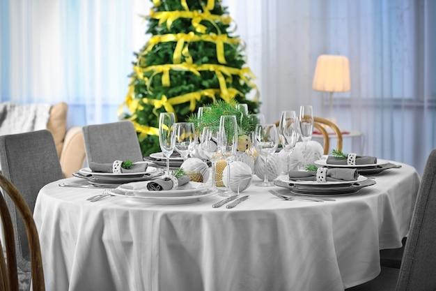 거실에서 크리스마스 저녁 식사를 위해 제공되는 테이블