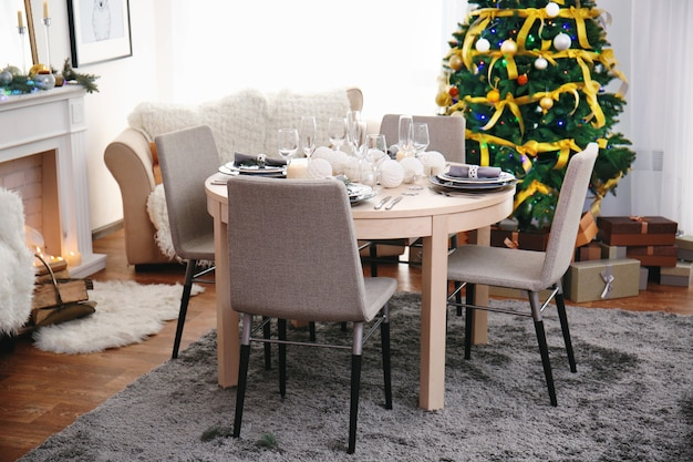 Стол для рождественского ужина в гостиной