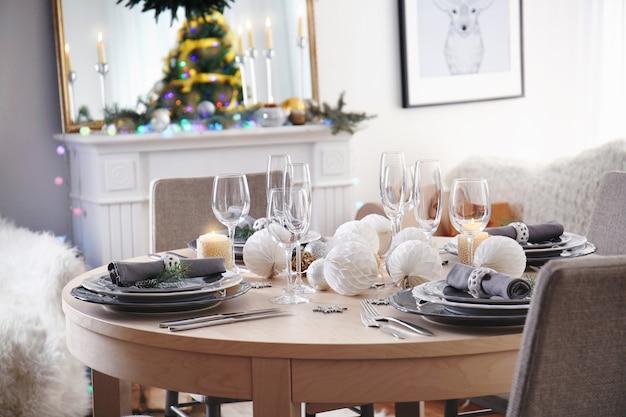 居間でのクリスマスディナーにテーブルを提供