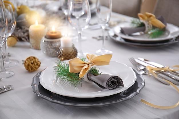 크리스마스 저녁 식사를위한 테이블 제공