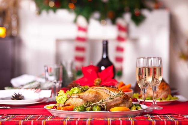 クリスマスディナーにテーブルを提供。