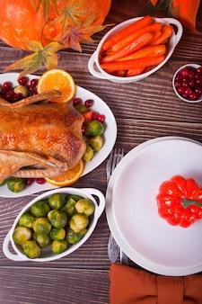 感謝祭のディナーにテーブルを提供