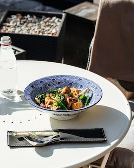 Стол подается с блюдом из жареного тофу со шпинатом и орехами