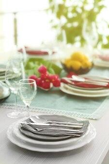Стол с блюдами и букетом тюльпанов