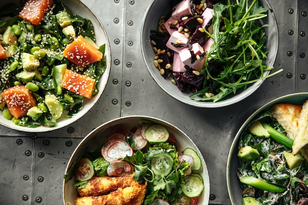 Стол подается с множеством различных салатников для гурманов
