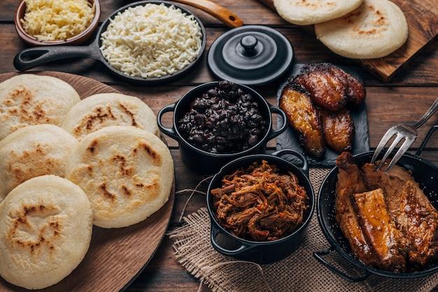 Стол с венесуэльскими арепами для завтрака с разными начинками
