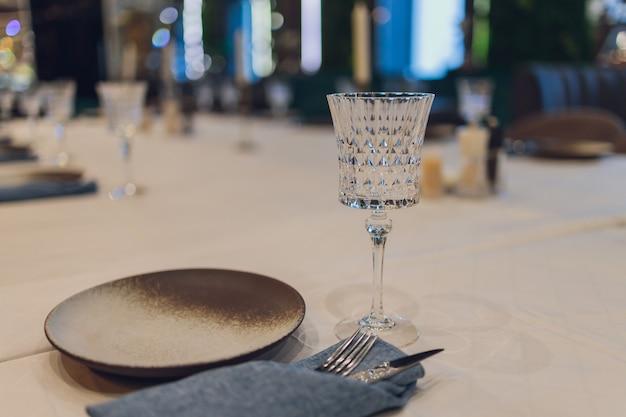 Столовый сервиз в ресторане на светлом фоне