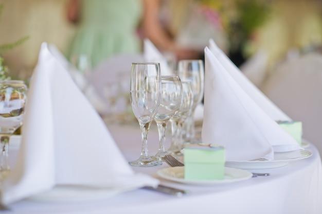 결혼식에서 테이블 설정 레스토랑에서 연회, 흰색 테이블 보와 냅킨 클래식 스타일, 꽃과 화병.