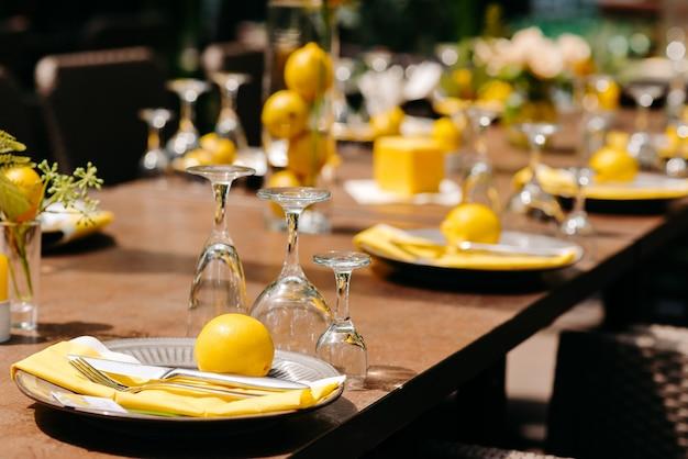 レストランでのパーティーテーブルの装飾のためのテーブルセット
