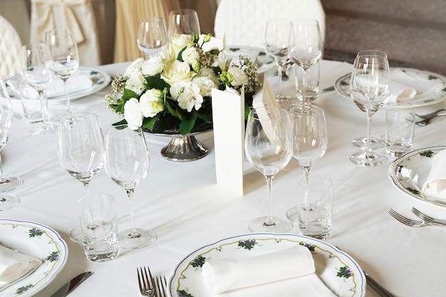 イベントパーティーや結婚披露宴用のテーブルセット。美しいテーブルセッティング。