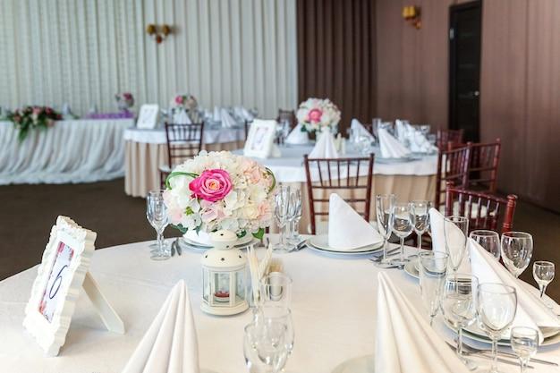 Столовый сервиз на ужин в ресторане, роскошный интерьер фон. свадебный банкет кейтеринг