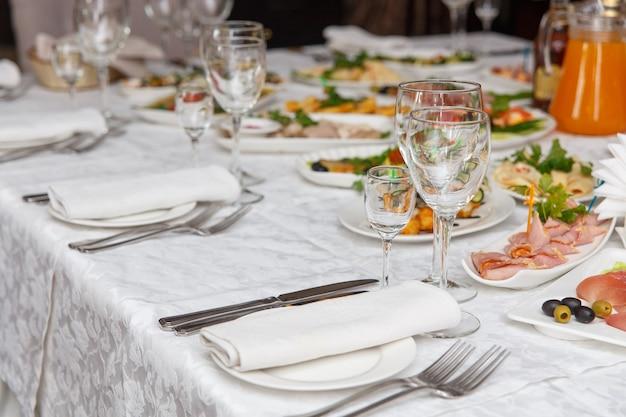 Столовый сервиз для свадьбы или другого ужина с обслуживанием. концепция: обслуживание. праздник. годовщина. свадьба