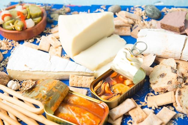 다양한 음식 치즈와 피클 캔으로 구성된 식전주 세트